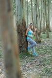 Zdrowej sprawności fizycznej expectant matka bierze treningu machać i odpoczynek obraz stock