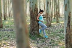 Zdrowej sprawnoÅ›ci fizycznej expectant matka bierze treningu odpoczynek obrazy royalty free