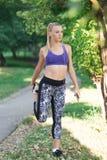 Zdrowej styl życia sprawności fizycznej sporty kobieta biega wcześnie w ranku w parku Zdjęcia Stock