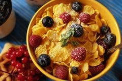 Zdrowi śniadaniowi Kukurydzani płatki z malinkami, czarne jagody, granola z, opłatki i mleko, jogurtem i jagodami, obraz royalty free