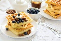 Zdrowi śniadaniowi Belgijscy gofry z masłem, czarną jagodą i dokrętkami, Obraz Stock