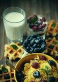 Zdrowi śniadaniowi Kukurydzani płatki z malinkami, czarne jagody, granola z, opłatki i mleko, jogurtem i jagodami, fotografia stock