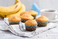 Zdrowi bananowi słodka bułeczka z owsów płatkami zdjęcia royalty free