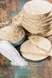 Zdrowi chuchający ryżowych tortów krakers brogujący z morze solą zdjęcie royalty free