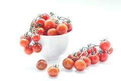 Zdrowi Czereśniowi pomidory w szklanym pucharze na białym tle Fotografia Stock