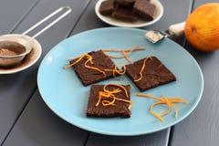 Zdrowi domowej roboty ciemni czekoladowi bary z pomarańczową skórką na turquoi Zdjęcie Royalty Free