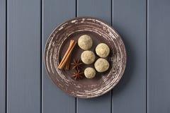 Zdrowi domowej roboty cukierki w chlebowego crumbswith cynamonowym kiju i s fotografia stock