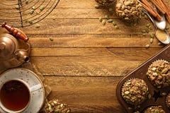 Zdrowi dyniowi muffins z ziarno spadku tłem zdjęcie royalty free