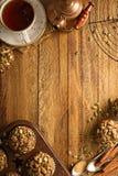 Zdrowi dyniowi muffins z ziarno spadku tłem fotografia royalty free