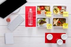 Zdrowi dzienni posiłki w biurze, odgórny widok przy drewnem Obrazy Royalty Free