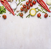 Zdrowi foods, kucharstwo i jarosza pojęcia lata warzywa, graniczą, umieszczają dla teksta drewnianego nieociosanego tła odgórnego Zdjęcie Royalty Free