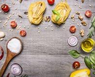 Zdrowi foods, kucharstwo i jarosza pojęcia makaron z, mąką, warzywami, olejem i ziele na drewnianym nieociosanym tło odgórnego wi Fotografia Stock