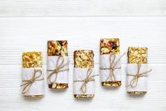 Zdrowi granola bary z dokrętkami, ziarnami i wysuszonymi owoc na szarym tekstura stole z kopii przestrzenią, zdjęcie royalty free