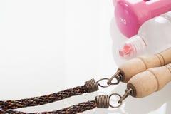 Zdrowi i aktywni style życia pojęcie, butelka woda, skoku rop zdjęcie stock