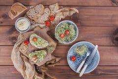 Zdrowi jarscy bruschettas z chlebem, mikro zielenie, hummus, Zdjęcia Stock