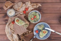 Zdrowi jarscy bruschettas z chlebem, mikro zielenie, hummus, Obraz Stock
