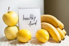 Zdrowi jedzeń słowa z żółtymi owoc Obraz Stock