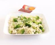 Zdrowi karmowi brokuły ryżowi w sałatka, talerzu i ketchup i Zdjęcia Stock