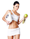 Zdrowi kobieta stojaki z ważą i zielony jabłko. zdjęcia royalty free