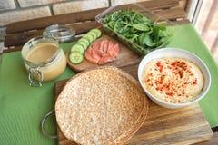 Zdrowi opakunki z łososiem i chickpeas dla lunchu Miłość dla zdrowego karmowego pojęcia obrazy royalty free