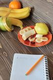 Zdrowi pitanie- jabłka, banany, bonkrety i jagody, Obraz Royalty Free