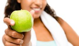 Zdrowi potomstwa mieszający biegowy kobiety mienie zielenieje jabłka odizolowywającego na w Fotografia Royalty Free