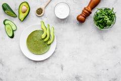 Zdrowi przekąska szpinaka bliny na popielatym tle z szpinaka liści, avocado, ogórka i pikantność odgórnego widoku kopii przestrze Obraz Stock