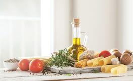 Zdrowi składniki na kuchennym stole - spaghetti, oliwa z oliwek, t zdjęcie royalty free