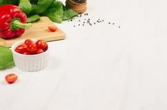 Zdrowi surowi warzywa czereśniowi pomidory, papryka, zieleni sałatka i pieprz na miękkim białym drewnianym tle -, kopii przestrze Obraz Royalty Free