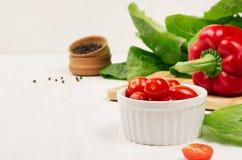 Zdrowi surowi warzywa czereśniowi pomidory, papryka, zieleni sałatka i pieprz na miękkim białym drewnianym tle -, kopii przestrze Zdjęcie Stock