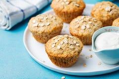Zdrowi weganinu owsa muffins, jabłko i bananów torty z kwaśną śmietanką na białym talerzu, Fotografia Stock