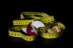 Zdrowia jedzenie z pomiarową taśmą Fotografia Stock