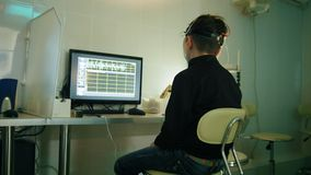 Zdrowie dzieci ` s diagnostyk nastolatek chłopiec cierpliwy patrzeć monitorować - tyły - badający móżdżkowych bodzów i wzrok - zbiory