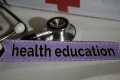 Zdrowie edukaci wiadomość z stetoskopem, opieki zdrowotnej pojęcie zdjęcia royalty free