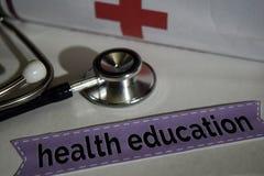 Zdrowie edukaci wiadomość z stetoskopem, opieki zdrowotnej pojęcie krzyż zdjęcia stock