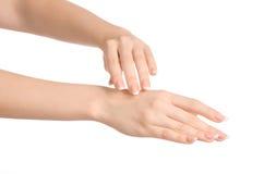 Zdrowie i ciała opieki temat: piękna żeńska ręka z białą śmietanką odizolowywającą na białym tle, ręka masaż Obraz Royalty Free