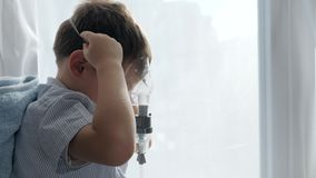 Zdrowie i medycyna, chory dzieciak oddychamy przez Nebulizers dla traktowanie astmy zbiory wideo