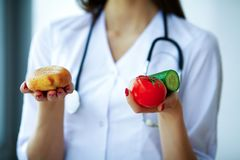 Zdrowie i piękno Dietetyczka Trzyma Świeżych owoc i warzywo w rękach Potomstwa Fabrykują z Pięknym uśmiechem obraz stock