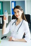 Zdrowie i piękno Dietetyczka Trzyma butelkę woda w rękach zdrowe jeść Lekarka z Szczęśliwym uśmiechem obraz stock