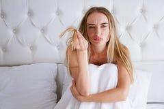 Zdrowie i piękno Portret Piękna Smutna młoda kobieta Z Długie Włosy W ręce E zdjęcie royalty free