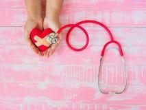 Zdrowie i pojęcie medyczny, miłość i valentine, Czerwony serce na w Zdjęcie Stock