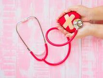 Zdrowie i pojęcie medyczny, miłość i valentine, Czerwony serce na w Zdjęcia Stock
