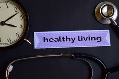 Zdrowie strategia na druku papierze z opieki zdrowotnej pojęcia inspiracją budzik, Czarny stetoskop Zdrowy utrzymanie na druku obraz stock