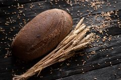 Zdrowotny i serdecznie chleb k?ama na drewnianym stole jeden bochenek chleba fotografia royalty free