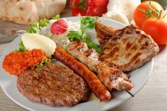 Zdrowotny półmisek mieszani mięsa, Bałkański jedzenie zdjęcia royalty free