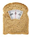 Zdrowotny plasterek chleb jak ważący skala zdjęcie royalty free