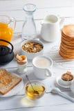 Zdrowy śniadaniowy łasowania pojęcie, różnorodny ranku jedzenie - bliny, gotujący się jajko, grzanka, oatmeal, granola, owoc zdjęcie royalty free