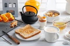 Zdrowy śniadaniowy łasowania pojęcie, różnorodny ranku jedzenie - bliny, gotujący się jajko, grzanka, oatmeal, granola, owoc zdjęcie stock