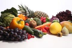 Zdrowy łasowania tło Karmowej fotografii różni owoc i warzywo odizolowywali białego tło Fotografia Stock