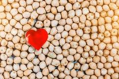 Zdrowy łasowanie, chickpeas fasoli tło i serce symbol, Obraz Royalty Free